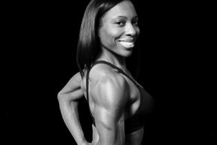 Une athlète fitness soulève la bagatelle de 130 kg