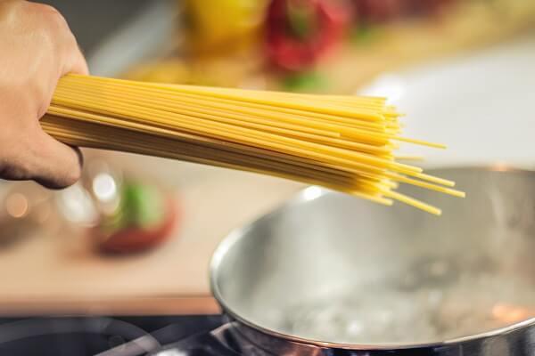 Régime : manger des pâtes régulièrement fait-il grossir