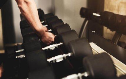 Haltères ou machines en musculation